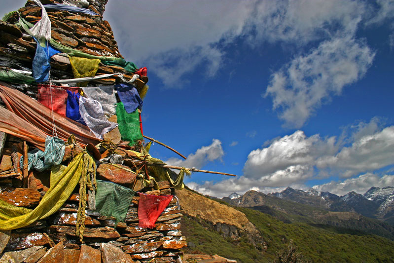 Best Bhutan Treks Chorten_and_prayer_flags_(Druk_Path_Trek,_Bhutan)